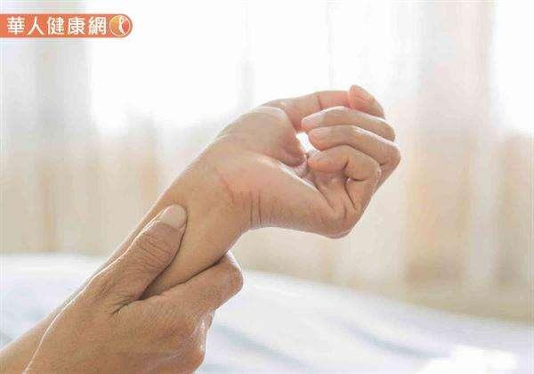 適度刺激內關穴有理氣散滯、活血止痛、疏暢心絡,改善呃逆、胃痛症狀的作用。(圖/華人健康網提供)