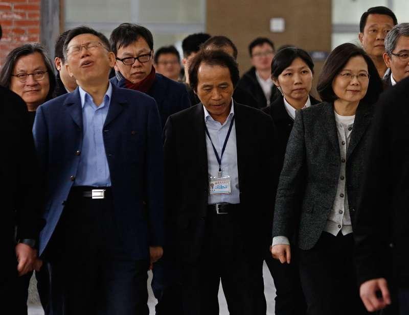 柯文哲(左二)和蔡英文(右)漸行漸遠,姚人多(左三)已到敵對陣營主掌選戰。(郭晉瑋攝)
