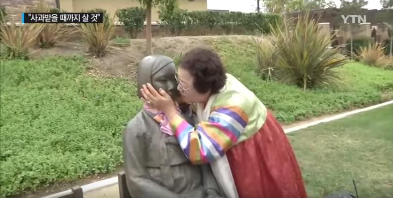 (圖/ 李容洙奶奶親吻和平少女紀念像,她認為這座雕像就如同她的分身@YTN NEWS)