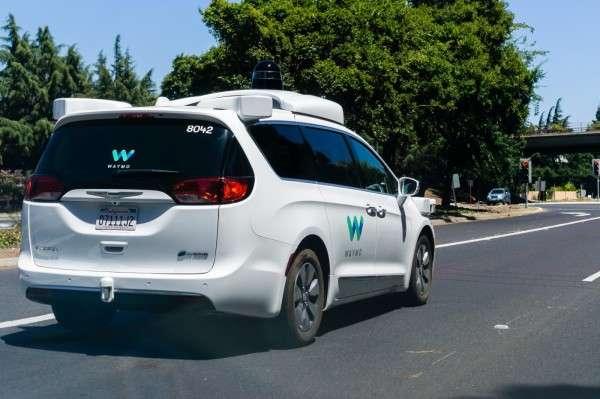 Waymo已經在鳳凰城測試超過一年的時間了,然而最近卻有鳳凰城當地居民表示,許多車輛在經過交叉路口的時候有困難,會突然在轉彎處煞車,抱怨連連。(圖∕shutterstock,數位時代提供)