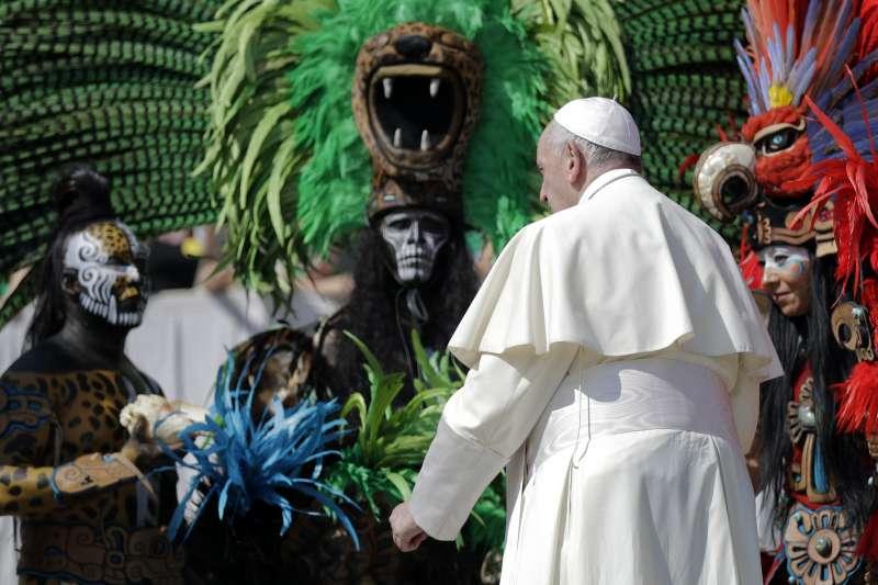 教宗方濟各29日在公開接見行程時,與穿著傳統服飾的墨西哥民眾互動(AP)