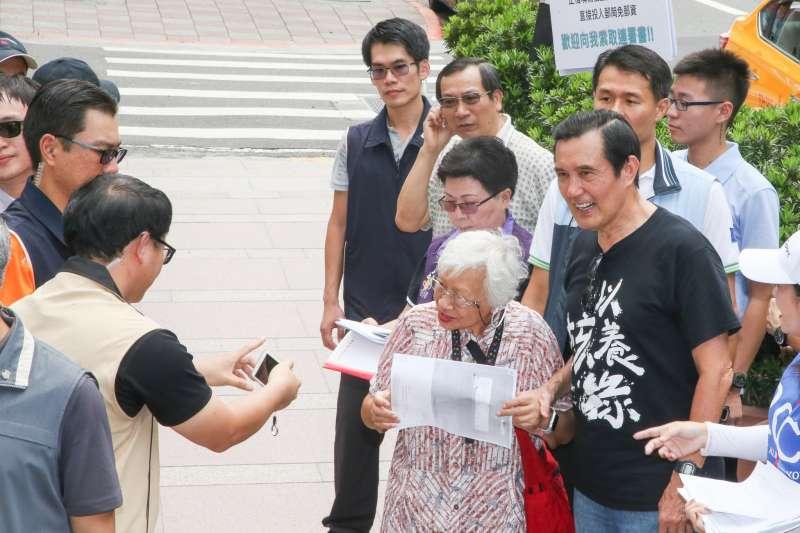 20180830-前總統馬英九出席募集以核養綠公投連署書活動,馬英九展現號召力,吸引不少民眾不但連署而且紛紛合影。(陳明仁攝)