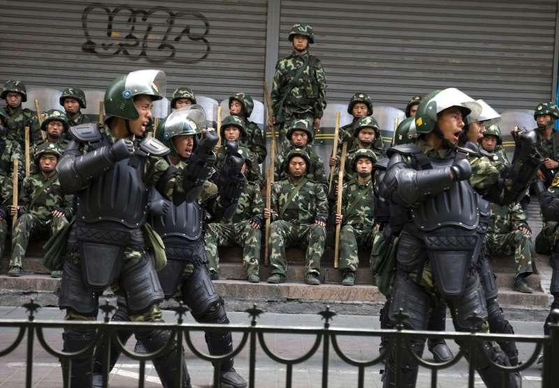 中國政府對新疆維吾爾族穆斯林進行高壓統治(AP)