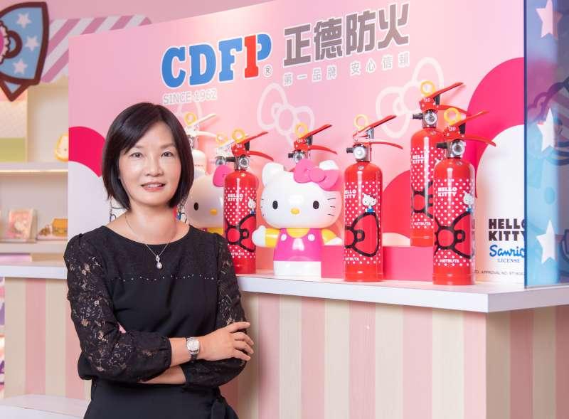 台灣業者引進日本百年消防企業-初田製作所生產的Hello Kitty強化液滅化器。圖為正德防火工業股份有限公司董事長郭貴蓉小姐