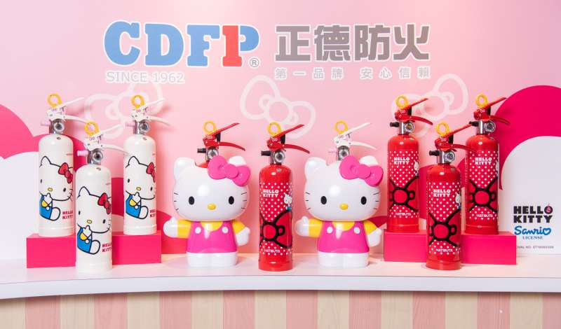 Hello Kitty 滅火器,不只擁有可愛的外型,強化液的特色讓它適用於各種火災狀況,冷卻效果與滲透性佳,滅火效果勝過傳統乾粉滅火器