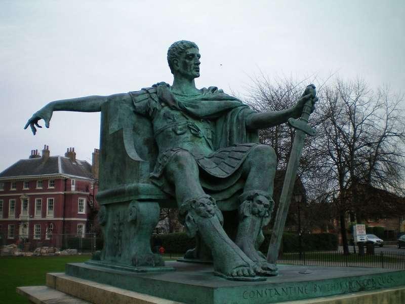 君士坦丁一世塑像,位於英國約克大教堂廣場。(公有領域@Wikipedia)