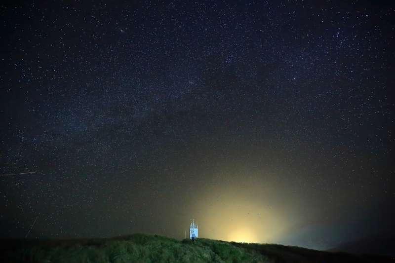 20180901-中央氣象局員工傅譯鋒所拍攝的彭佳嶼夜空。(取自氣象局臉書)