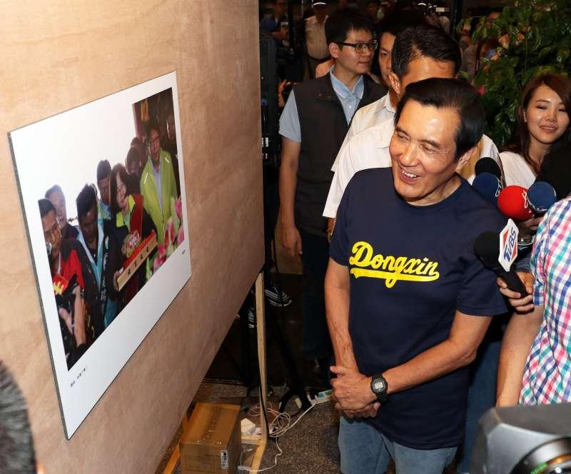 20180901-前總統馬英九出席第一屆失敗新聞攝影大賞實體展開幕,看到總統蔡英文被拍壞的照片,不禁笑了出來。(蘇仲泓攝)