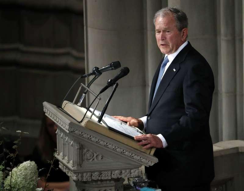 前總統小布希1日在馬侃的追思儀式上致詞(AP)