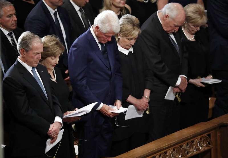 美國前總統小布希伉儷(左一、左二)與前總統柯林頓伉儷(左三、左四)都受邀出席馬侃的追思儀式(AP)
