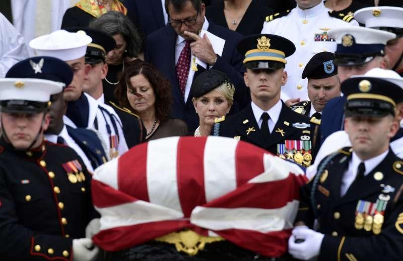 馬侃的追思儀式結束後M,遺孀辛蒂(中)跟著棺木一起離開華盛頓國家大教堂(AP)