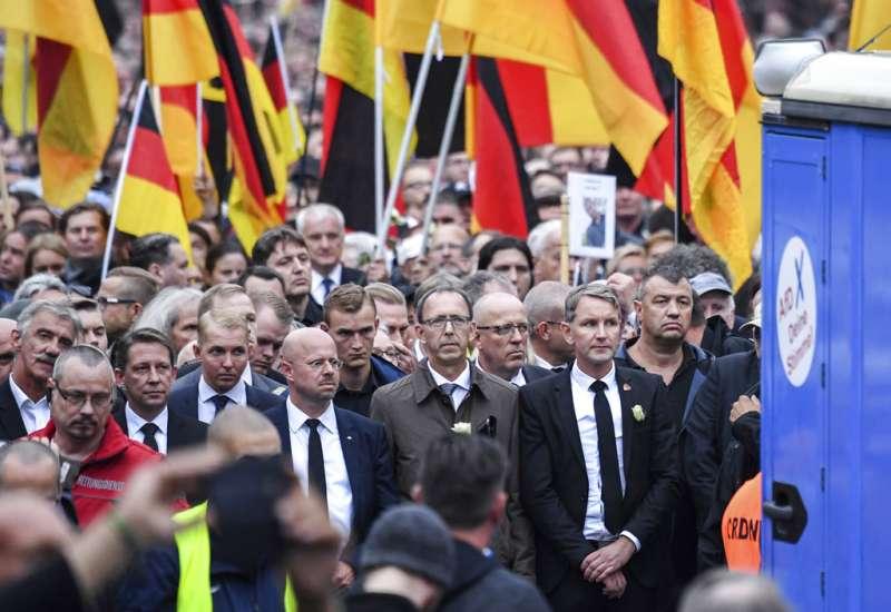 德國另類選擇黨的霍克(Björn Höcke,前右一)1日也在肯尼茲聲援反移民的群眾。(美聯社)