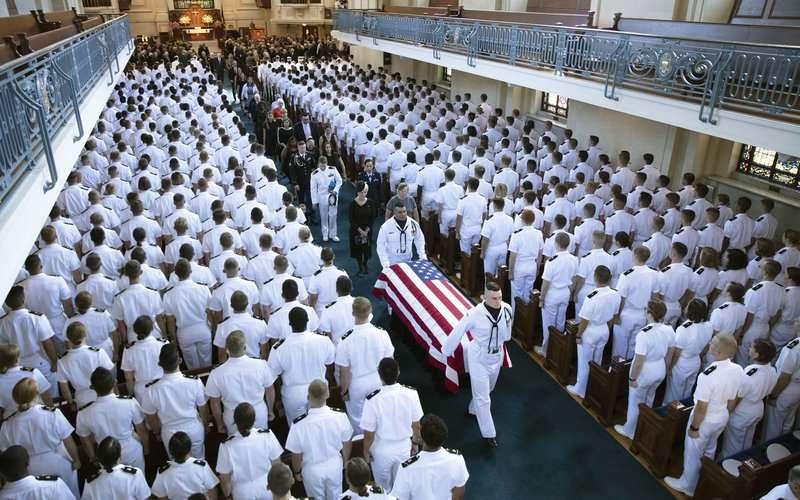 馬侃在海軍官校的私人葬禮上,只有親屬、好友與同袍受邀。(AP)