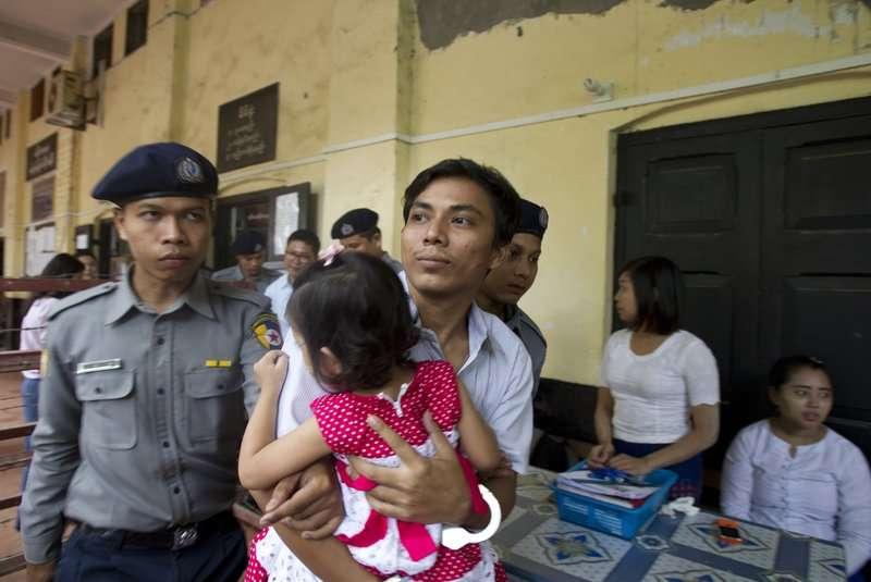 今年7月30日,《路透》記者吳覺梭出庭時,在午餐時間抱著3歲幼女(AP)