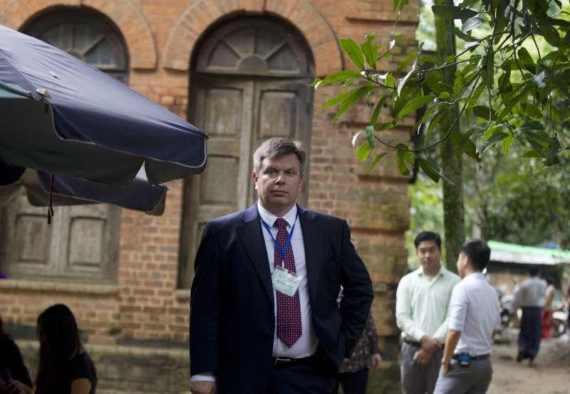 《路透》亞洲區總編輯克羅里奇(Kevin Krolicki)3日到緬甸仰光法院,出席聆聽旗下記者瓦隆與吳覺梭的判決(AP)