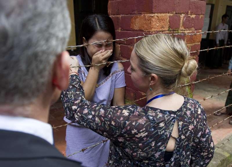 緬甸仰光法院3日宣判後,《路透》緬甸記者吳覺梭的妻子齊淑雯(中)痛哭(AP)