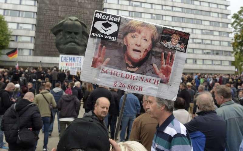 德國肯尼茲在9月1日爆發大規模示威。左右派彼此對峙,反移民政策的民眾手持「梅克爾!滾下台!」標語。(AP)