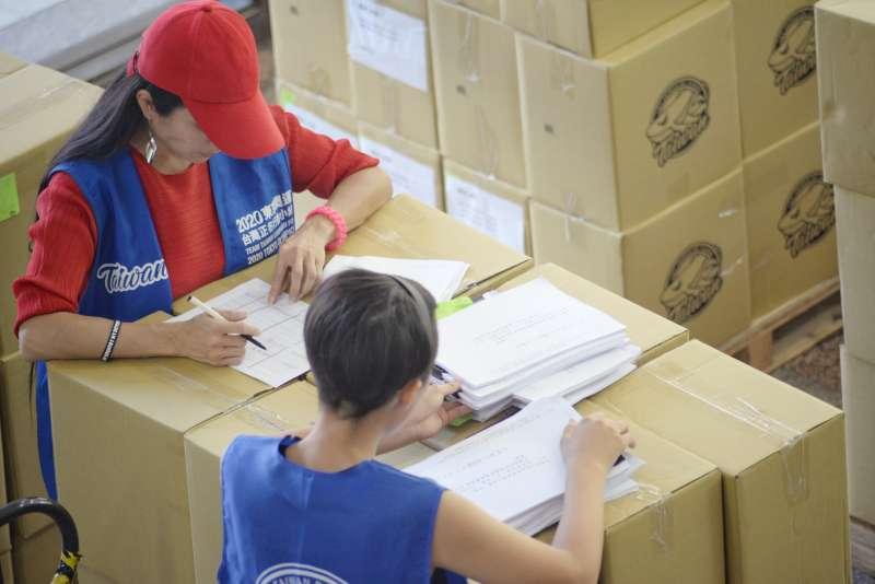 20180903-中選會點收東奧正名公投連署書,志工在成堆的紙箱上確認。(甘岱民攝)