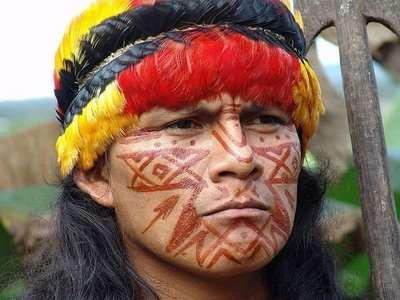 巴西當地原住民舒阿爾人(Shuar)的傳統打扮。(取自Wikipedia)