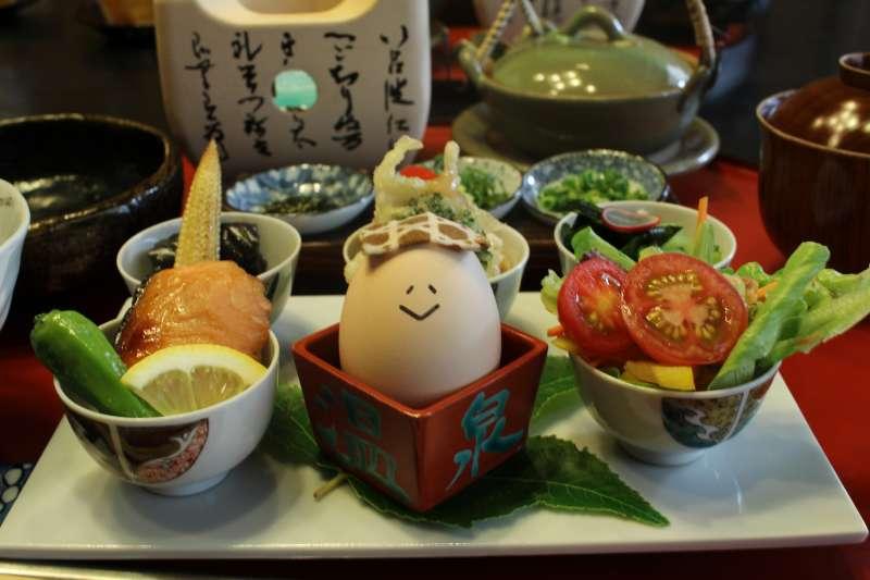 以九谷燒小鉢盛裝的小菜。(圖/時報出版提供)