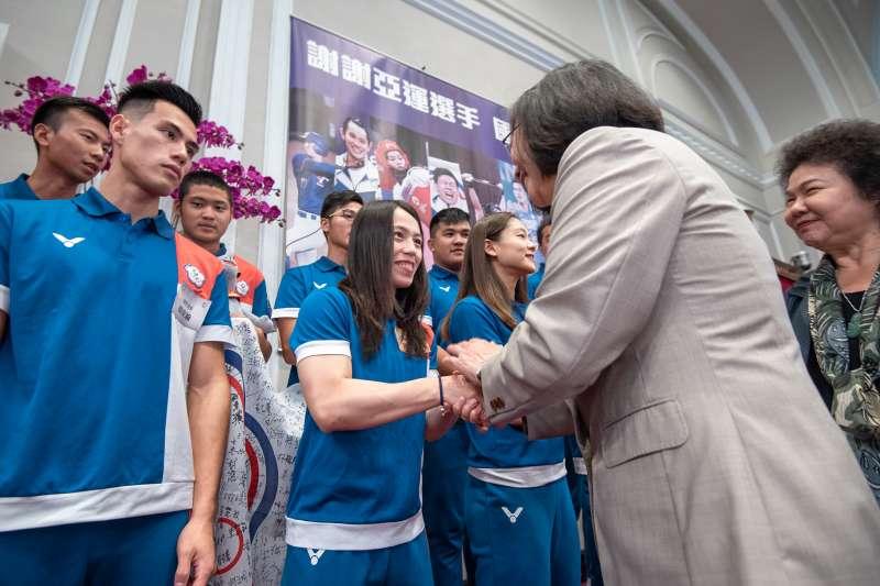 20180904-總統蔡英文4日上午在總統府接見亞運代表團。舉重金牌郭婞淳。(取自總統府Flickr)