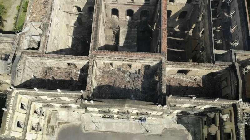 巴西國家博物館2日發生大火,無數珍貴文物付之一炬(AP)