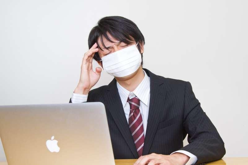 雖然青壯年並非「高危險群」,不過,近年來已有越來越多嚴重的感冒併發症案例,都發生在這群人身上。(示意圖非本人/pakutaso)