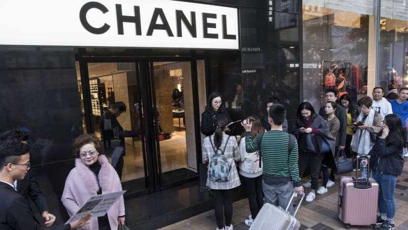 香奈兒等奢侈品牌曾經讓中國中產階級趨之若鶩。但在消費降級潮中,他們開始節省在品牌消費方面的開支。(圖/BBC中文網)