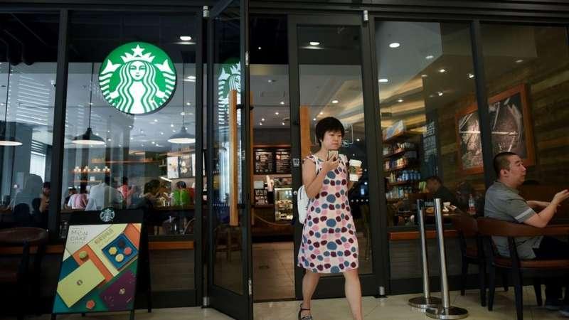 在中國被視為典型中產消費的星巴克咖啡。(圖/BBC中文網)