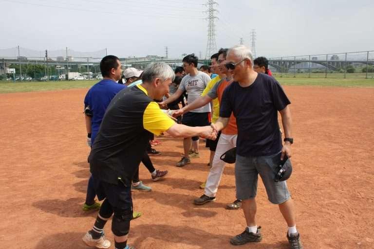中研院趣味壘球賽的友誼之握。(圖/中央研究院,研之有物提供)