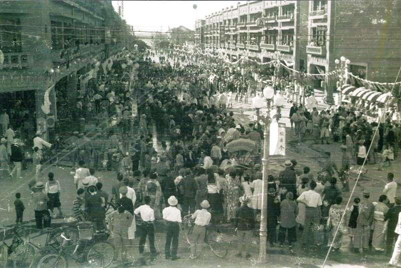 銀座通當年舉辦慶典的熱鬧景象,左上為林百貨,林百貨員工還從陽台探出頭來。(圖/遠流出版提供)