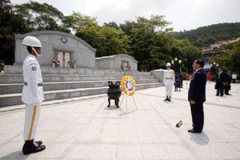陳水扁總統任內,不但要求報政團隊唱國歌,還親赴金門主持「八二三戰役勝利48週年紀念大會」。(總統府)