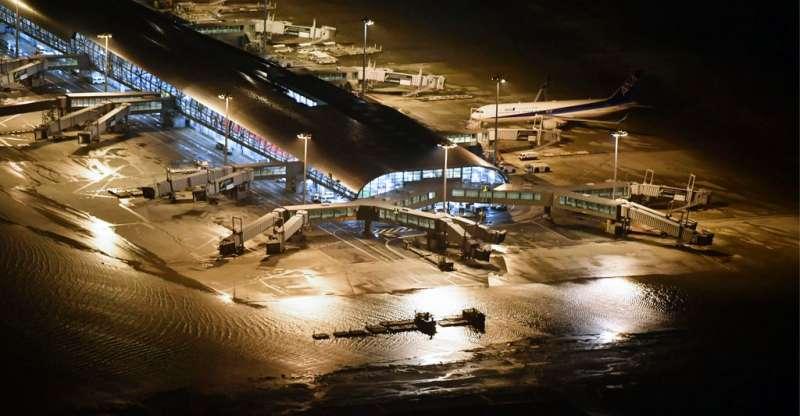 關西國際機場在強颱燕子肆虐之下,被迫關閉。(美聯社)