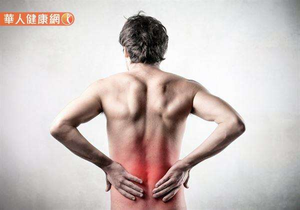 根據研究,約有80%的人在一生中曾發生過背痛的症狀。(圖/華人健康網)