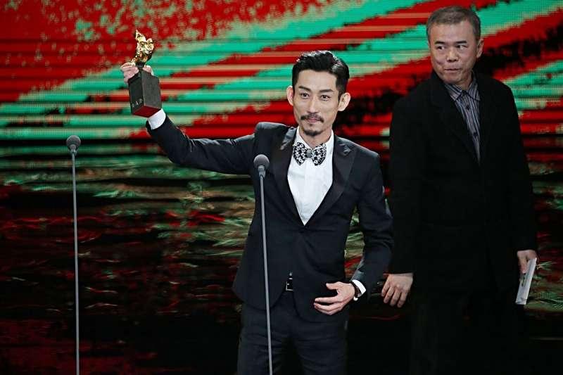 陳竹昇上台領金馬獎。(圖/中央社提供|文化+)