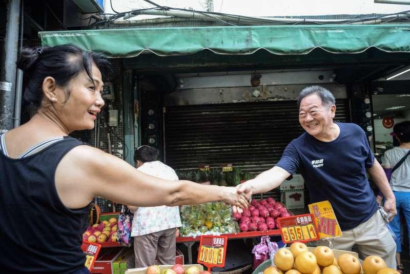 20180906-台北市長參選李錫錕前往北投市場拜票。(甘岱民攝)