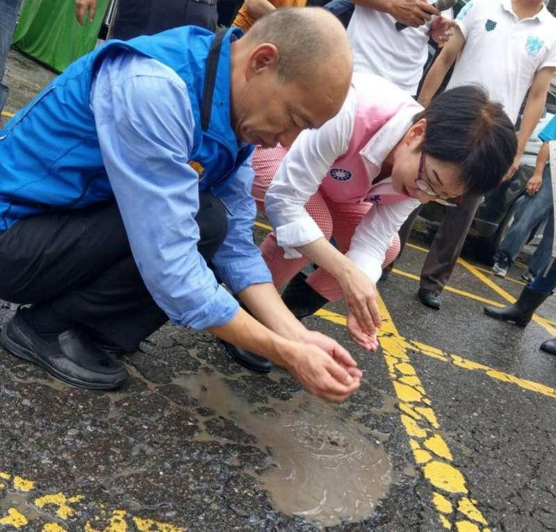 連日豪雨造成高雄市馬路坑坑洞洞,韓國瑜認為高雄不僅是馬路出問題,更重要的是市政府的管理發條出現問題。(圖/徐炳文攝)