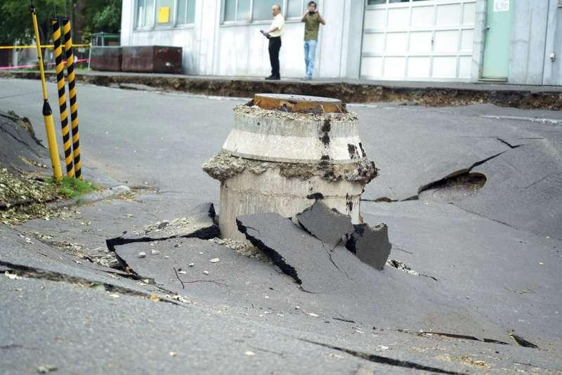 北海道強震過後,札幌清田區的路面幾乎沒有一處平整完好。(美聯社)