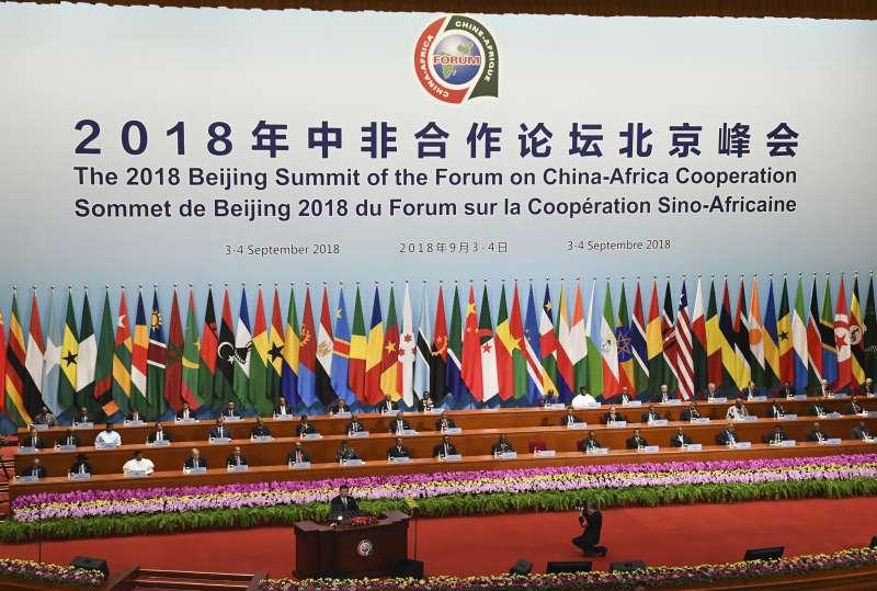 中非合作論壇:中國國家主席習近平站在講台發言(AP)