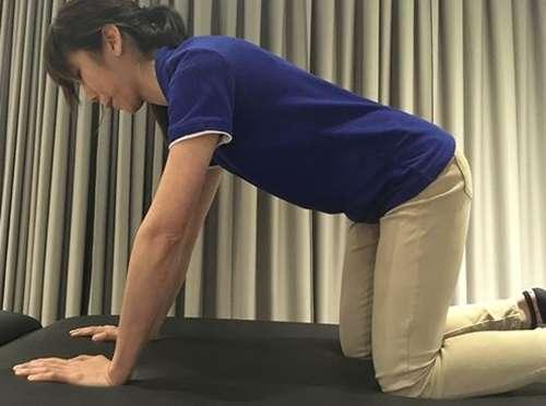 矯正骨盆不正訓練/核心穩定訓練之二。(圖/林虹汝治療師│華人健康網提供)