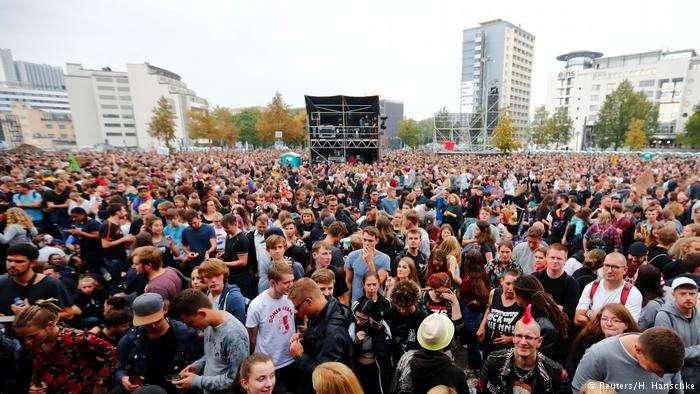 六萬多人參加了在肯尼茲舉行的反對極右排外露天演唱會。(德國之聲)