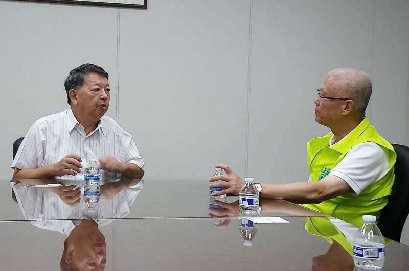 竹科同業公會秘書長張致遠(左)建議,直言縣市政府的公共服務要善用資訊工具,才能打造真正的智慧科技城市。(圖/謝文進競選總部提供)