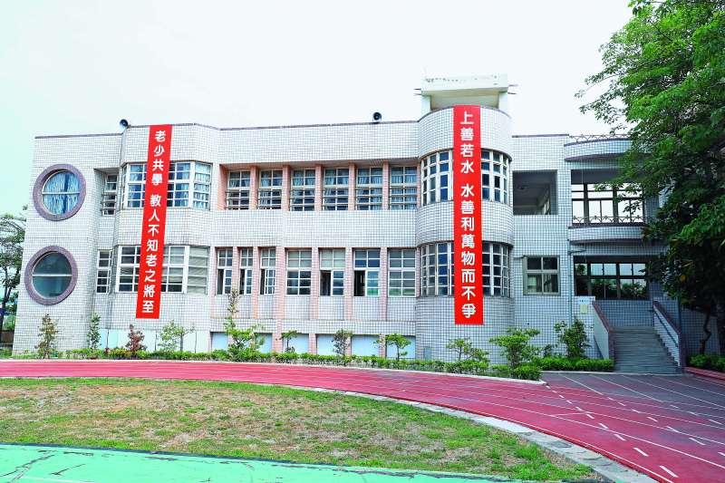 善水國中校園內大大的二行字,說明了校名的由來典故。(圖/台中市政府提供)