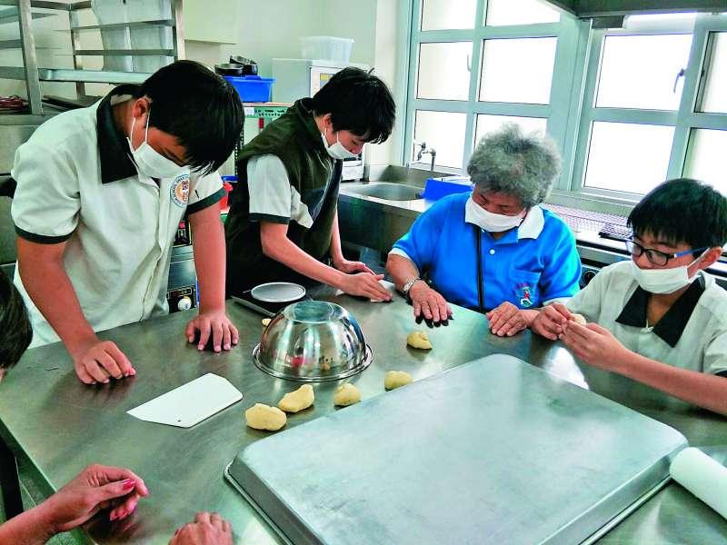 長輩與學生透過一起學做餅乾,共同享受烘焙的樂趣。(圖/台中市政府提供)