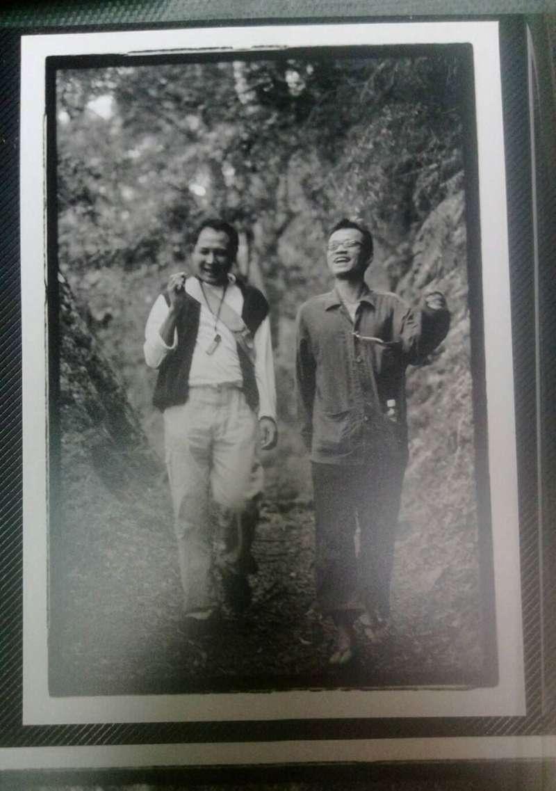 吳朋奉與郝志亮年輕時常到台灣各地遊山玩水,圖為兩人在玉山國家公園「中之關步道」。(圖/文化+)
