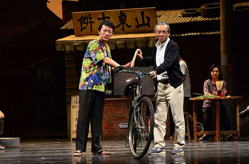 吳朋奉在吳念真(右)導演的舞台劇「人間條件3 台北上午零時」中發揮精湛演技。(圖/文化+)
