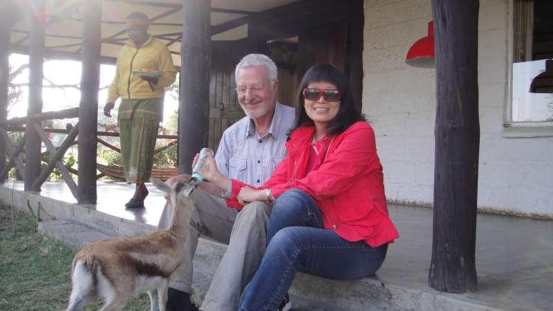 Lodge主人是來自德國的Klaus,他正在餵寵物羚羊connie喝水,好溫暖的畫面,這也曾是Jenet的漫遊世界肯亞行其中一個鏡頭。(圖/謝幸吟提供)