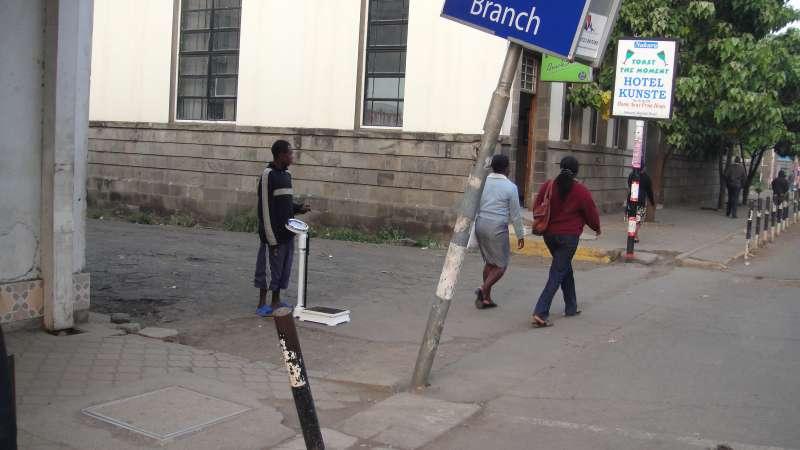 Nakuru鎮上,有一種我從未曾見過的行業 – 幫人量體重。(圖/謝幸吟提供)