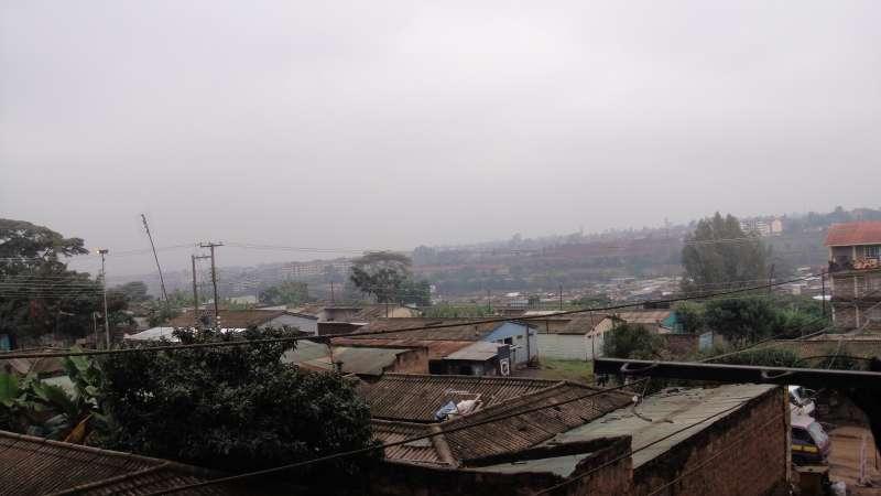 一條街,穿過了馬水馬龍的繁華,進入Kibera貧民區,有的家族在這裡落地生根已經好幾代。(圖/謝幸吟提供)