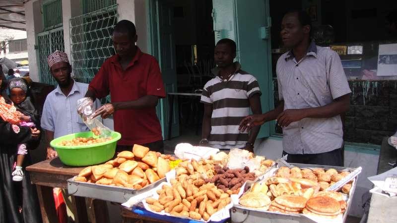 Mwanjazi和Hamisi帶我一起搭tutu到當地最大的市場,沿途許多攤販賣油炸物Mandazi(類似台灣的雙胞胎),而蒙巴薩人習慣加cheese再炸,稱為Mahamri。(圖/謝幸吟提供)